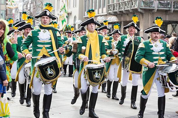 carnival weiberfastnacht feier traditioneller musik-band - karnevalskostüme köln stock-fotos und bilder