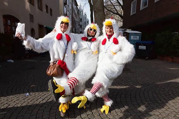 carnival weiberfastnacht feier frauen in kostümen tanzen huhn - karnevalskostüme köln stock-fotos und bilder