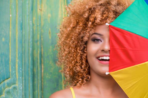 carnaval com guarda-chuva - sorriso carnaval - fotografias e filmes do acervo