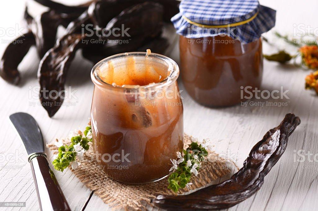 carob jam en el recipiente - foto de stock