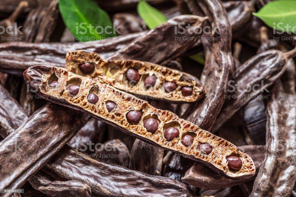 Las vainas de algarrobo y algarrobas. - foto de stock