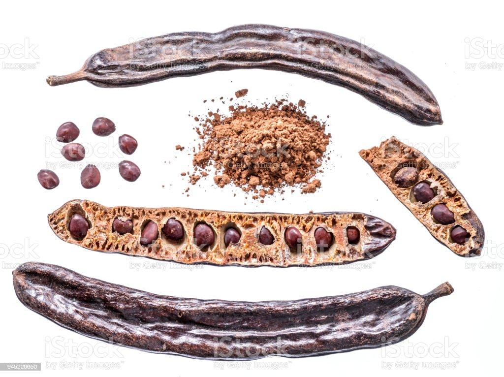 Las vainas de algarrobo y algarrobo en polvo. - foto de stock