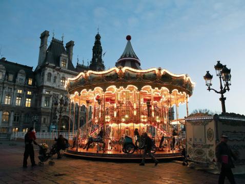Karussell Am Place De Hotel De Villeparis Stockfoto und mehr Bilder von Architektur