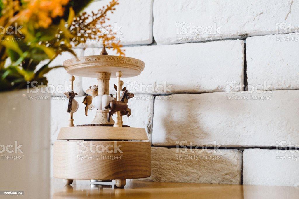 Karussell-Pferd auf Tisch – Foto