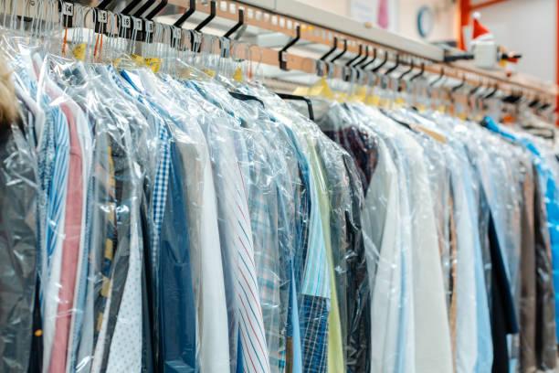 Kleiderkleidung wartet auf Abholung in Trockenreinigungsgeschäft – Foto