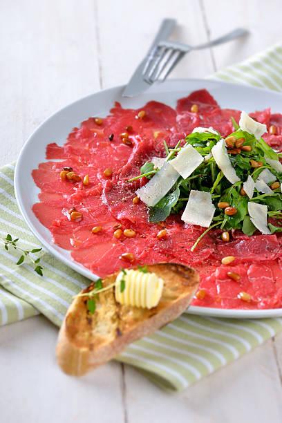 rinder-carpaccio - carpaccio salat stock-fotos und bilder