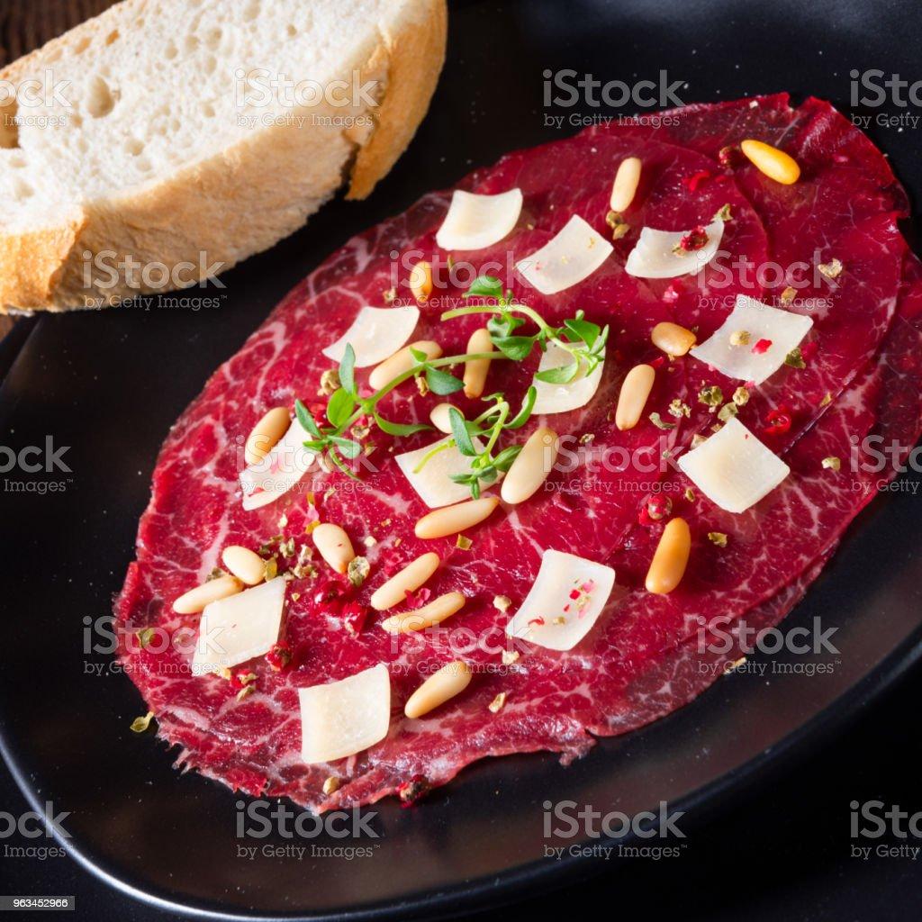 Çam fıstığı, renkli biber ve Parmesan peyniri ile Dana carpaccio - Royalty-free Ahşap Stok görsel
