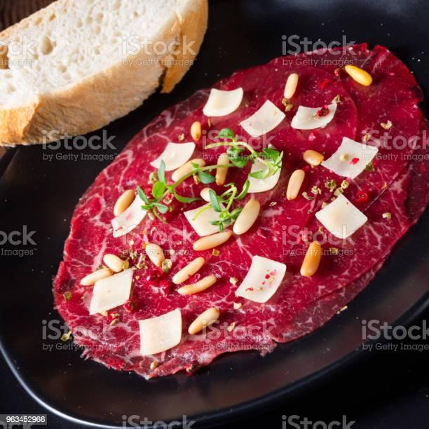 Çam Fıstığı Renkli Biber Ve Parmesan Peyniri Ile Dana Carpaccio Stok Fotoğraflar & Ahşap'nin Daha Fazla Resimleri