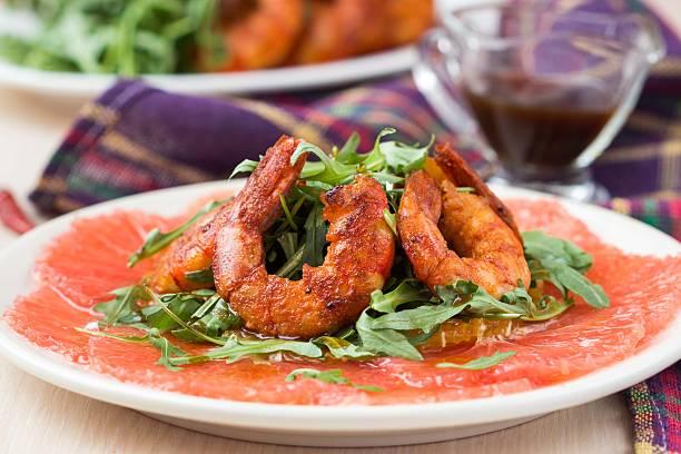 grapefruit-carpaccio mit rucola, rucola-salat und würziger fr - carpaccio salat stock-fotos und bilder