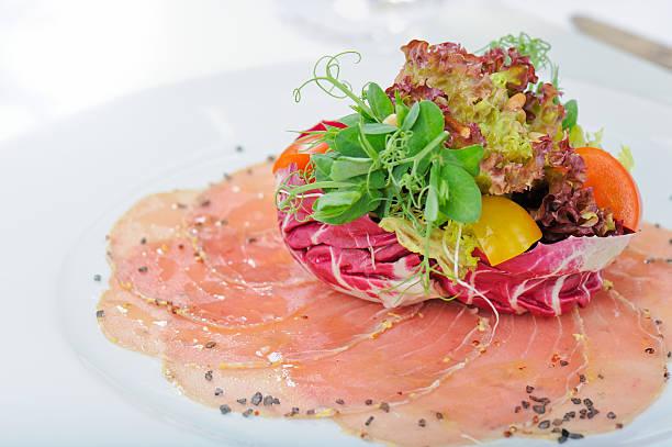 thunfisch-carpaccio - carpaccio salat stock-fotos und bilder