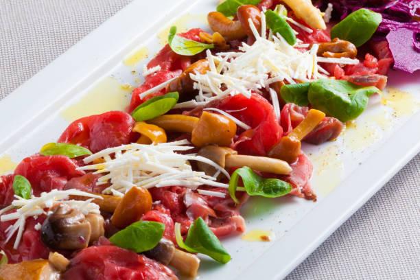 carpaccio mit gemüse - carpaccio salat stock-fotos und bilder