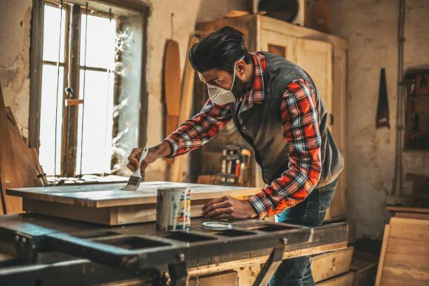 tischler, beize auftragen - waldhandwerk stock-fotos und bilder
