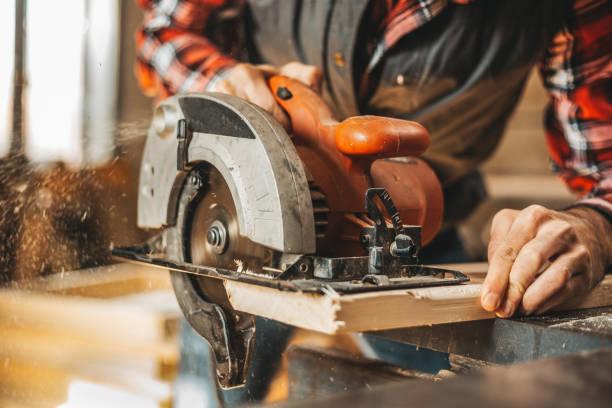 snij plank timmerman door cirkelzaag - elektrisch gereedschap stockfoto's en -beelden