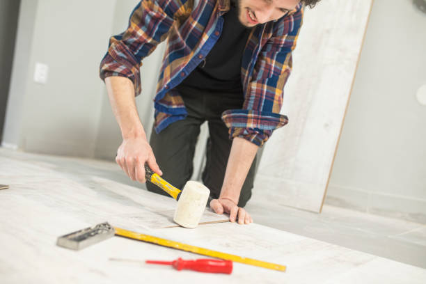 carpenter installieren einem holzfußboden - legere arbeitskleidung stock-fotos und bilder