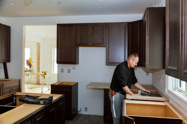 tischler installation schränke und arbeitsplatte in der küche. und teilweise installierten - laminatschränke stock-fotos und bilder
