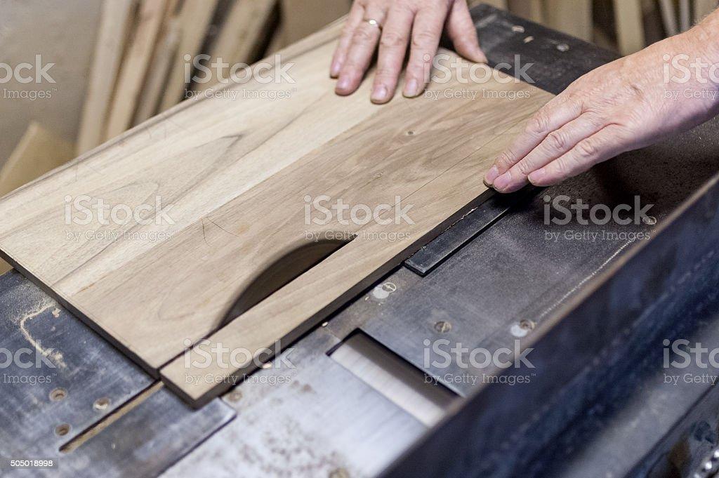 Carpenter ist Schneiden board mit electric saw – Foto
