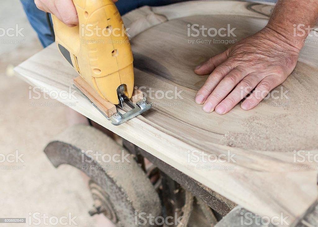 Carpenter ist Schneiden board mit fretsaw – Foto