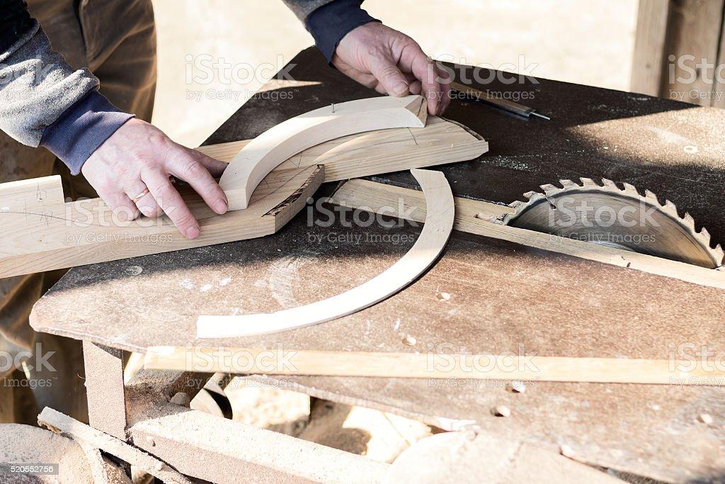 Tischler macht Möbel – Foto
