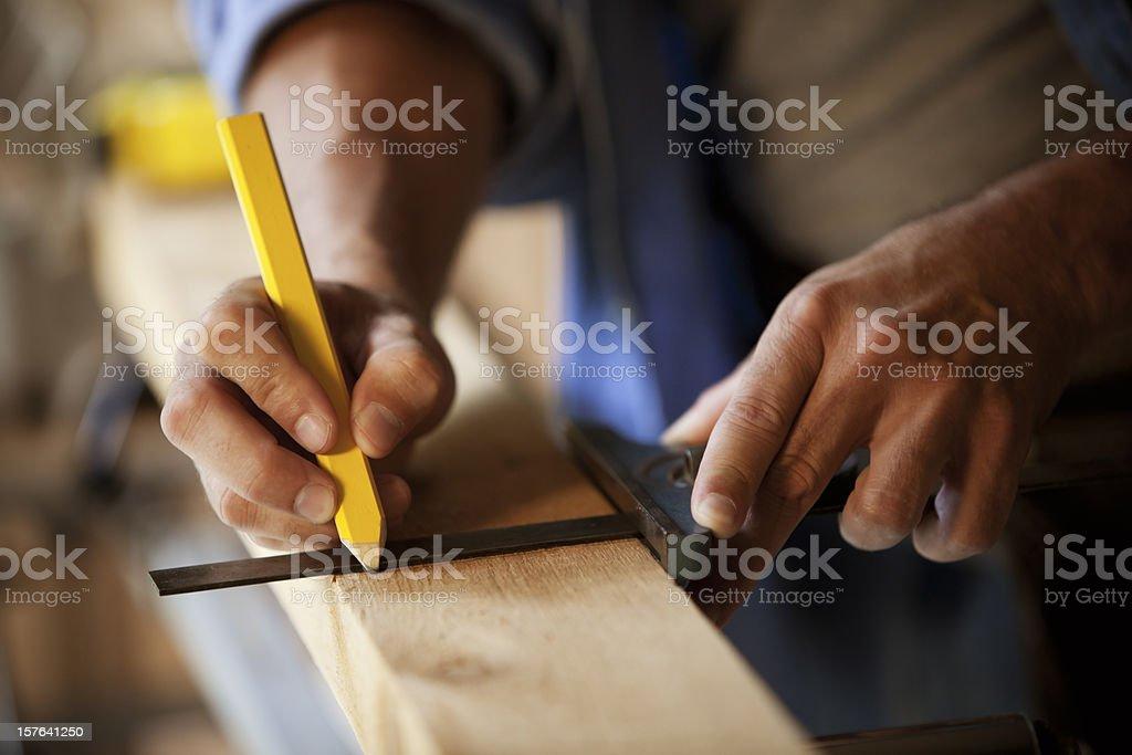 Carpenter markieren eine Holz Plank – Foto