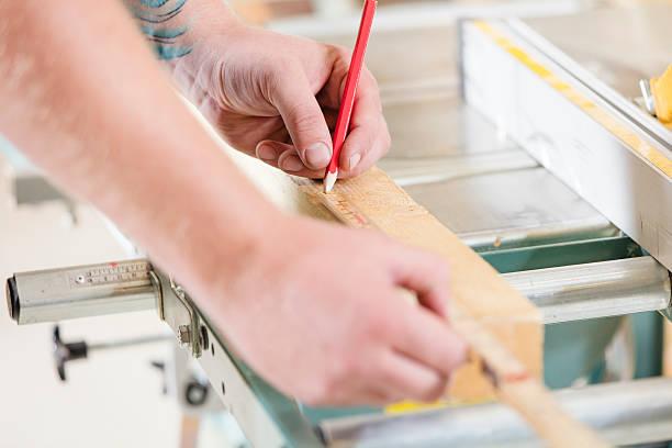 carpenter maßnahmen die dauer von einem holz plank vor sägen - baroque tattoo stock-fotos und bilder