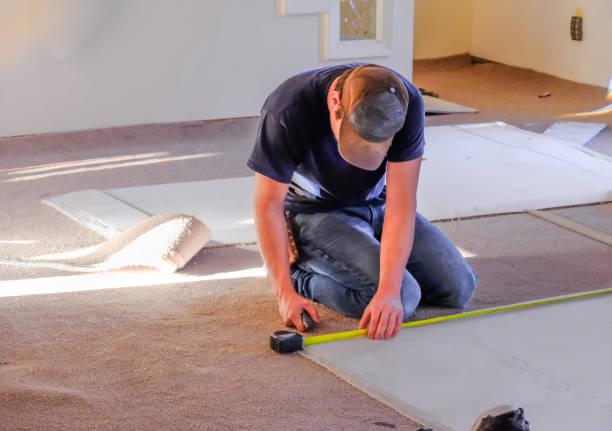 安裝前測量新地毯的木匠 - 大廈樓層 個照片及圖片檔