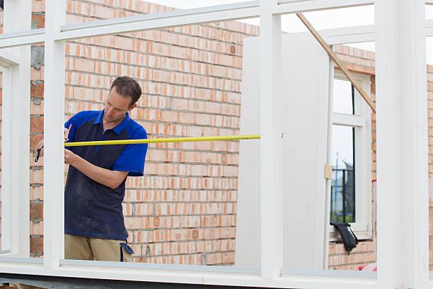 carpenter messen window frame - fensterbauer stock-fotos und bilder