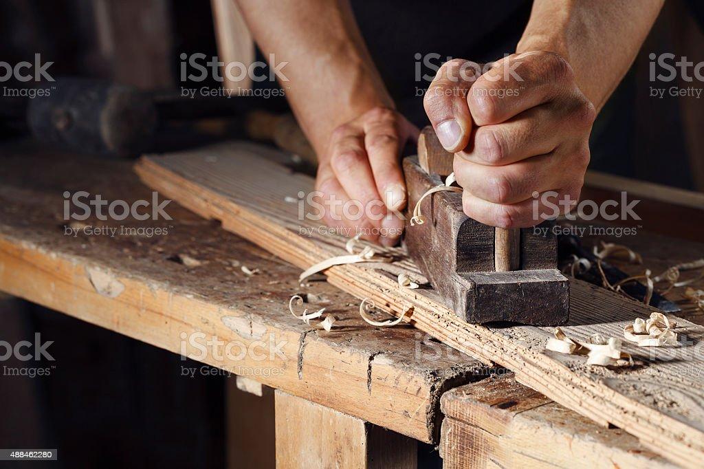 carpenter der Planung einer plank aus Holz mit einer hand Flugzeug – Foto