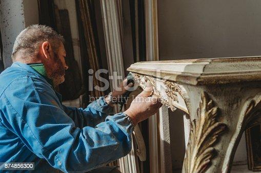 Tischler Polieren Einer Wiederhergestellten Tabelle Stock-Fotografie und mehr Bilder von Antiquität