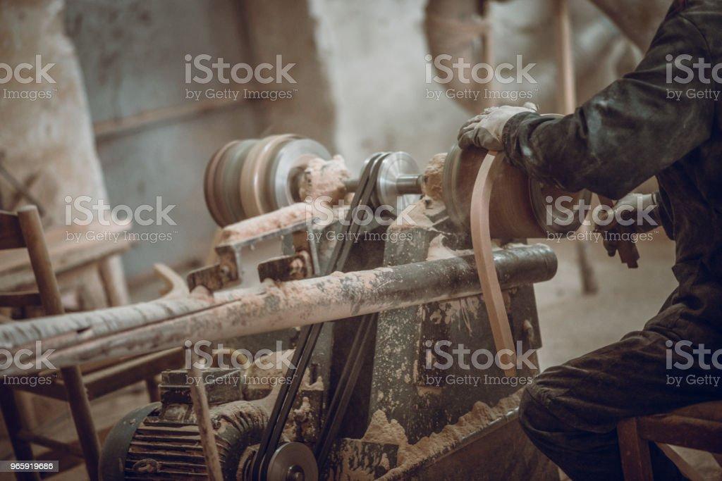 Timmerman repareren en vervangen van oude gedeelte van de stoel - Royalty-free Ambachtsman Stockfoto