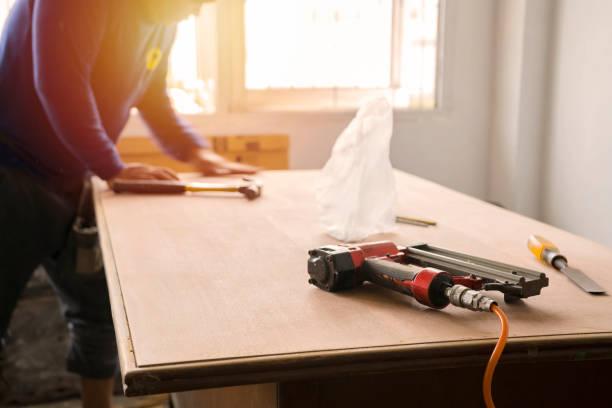 Lijado y repintado de superficie de madera de carpintero. Enfoque suave. - foto de stock