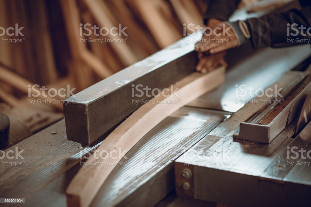 Timmerman schuren van houten stuk voor tabel op Machine - Royalty-free Ambachtsman Stockfoto