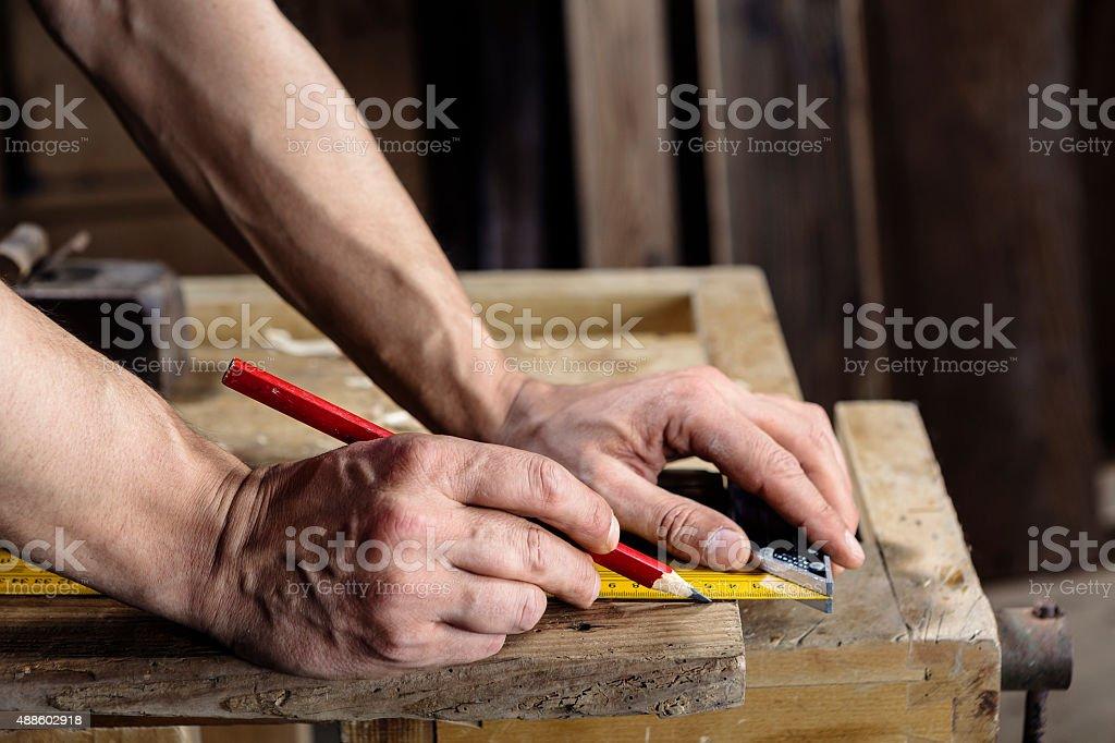 carpenter die Messung von einem Holz plank – Foto