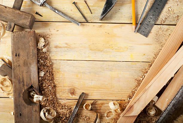 carpenter-tools auf einem holztisch hintergrund. aufsicht. textfreiraum - tischlerarbeit stock-fotos und bilder