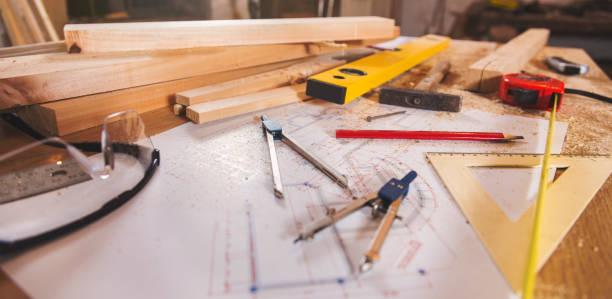 carpenter-tools auf holz-hintergrund - tischlerarbeit stock-fotos und bilder