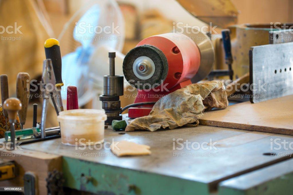 Carpenter-tools auf Holztisch mit Sägemehl - Lizenzfrei Arbeit und Beschäftigung Stock-Foto