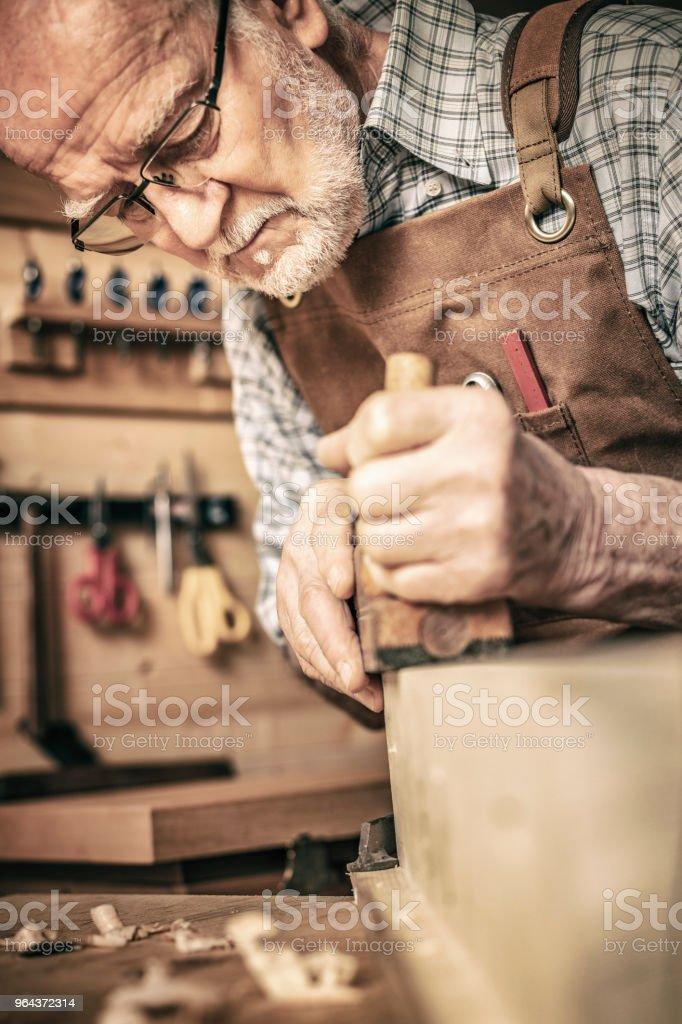 carpinteiro usa uma plaina - Foto de stock de Antigo royalty-free