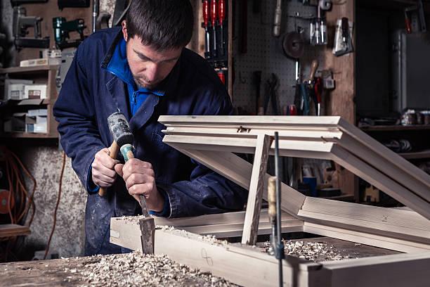 Tischler mit Hammer und Meißel in Workshops – Foto