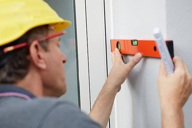 carpenter mit einer etage - fensterbauer stock-fotos und bilder
