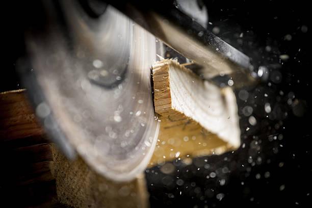 carpenter mit kreissäge - schreiner stock-fotos und bilder