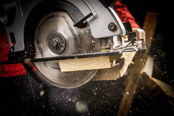 carpenter with circular saw - elektrisch gereedschap stockfoto's en -beelden