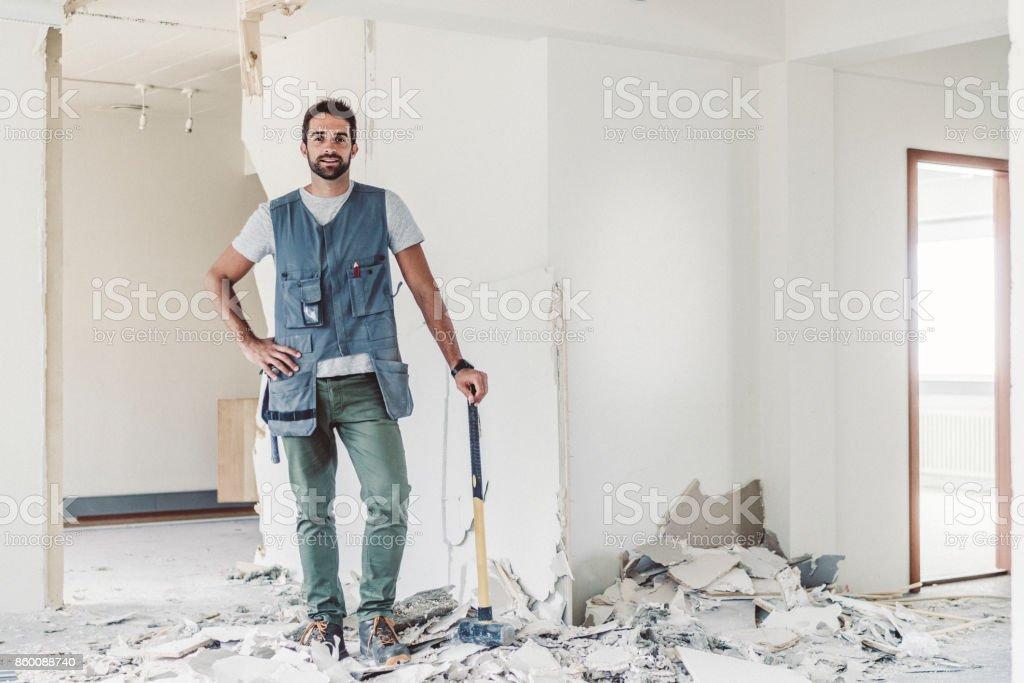 Tischler mit Hammer stehen in verlassenen Raum – Foto