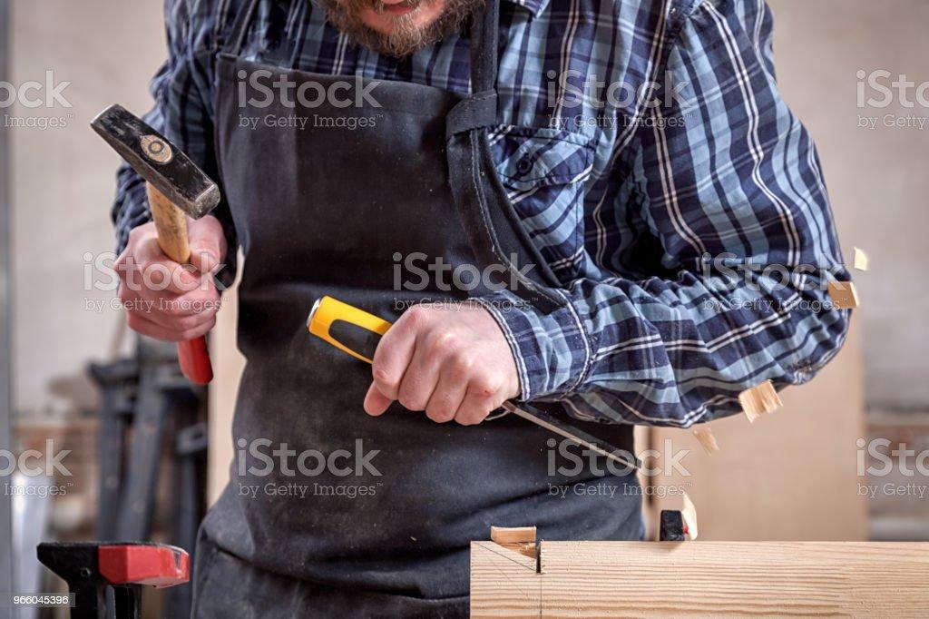 Snickare arbetar med trä - Royaltyfri Arbeta Bildbanksbilder
