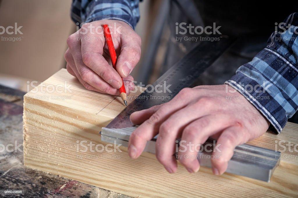 Snickare arbetar med trä - Royaltyfri Akademikeryrke Bildbanksbilder