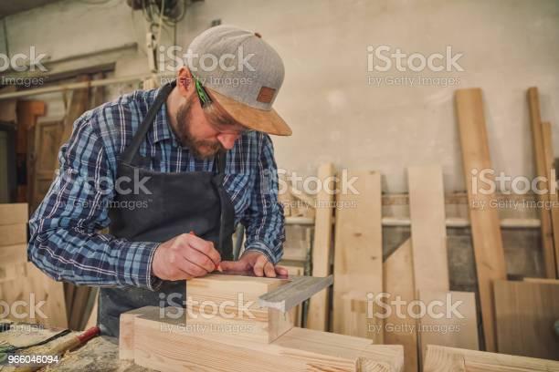 Карпентер Работает С Деревянными — стоковые фотографии и другие картинки В помещении
