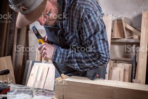 Tischler Arbeiten Mit Holz Stockfoto und mehr Bilder von Arbeiten