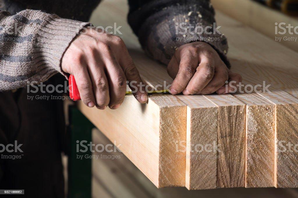 Carpenter working in workshop – zdjęcie