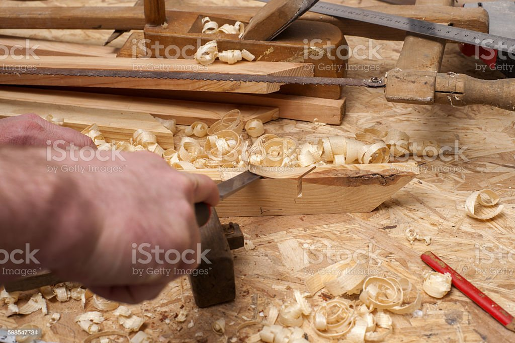 Carpenter working. tools on wooden table with sawdust. photo libre de droits