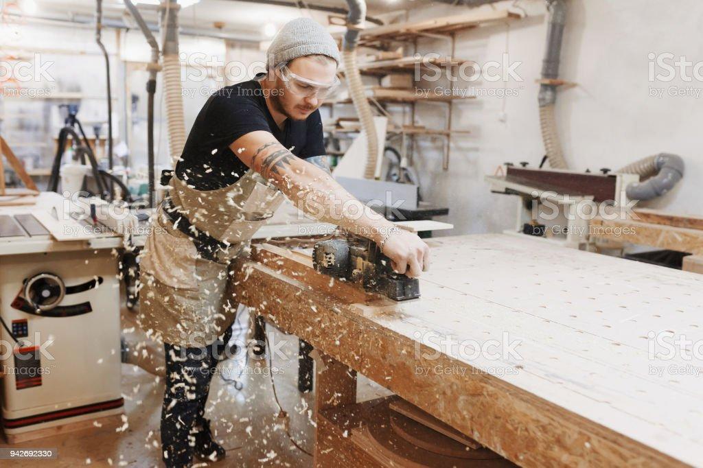 Tischler Arbeiten Mit Elektrischen Hobel Auf Holzbrett In