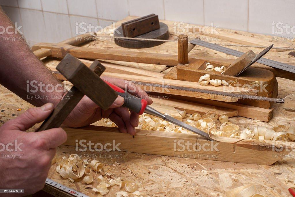 menuisier travailler, marteau, carrés et visse-conducteur sur fond de construction photo libre de droits