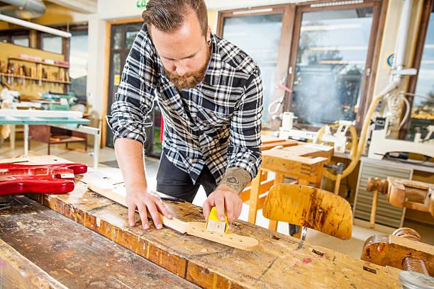 tischler arbeitet mit musikinstrumenten in workshops - baroque tattoo stock-fotos und bilder